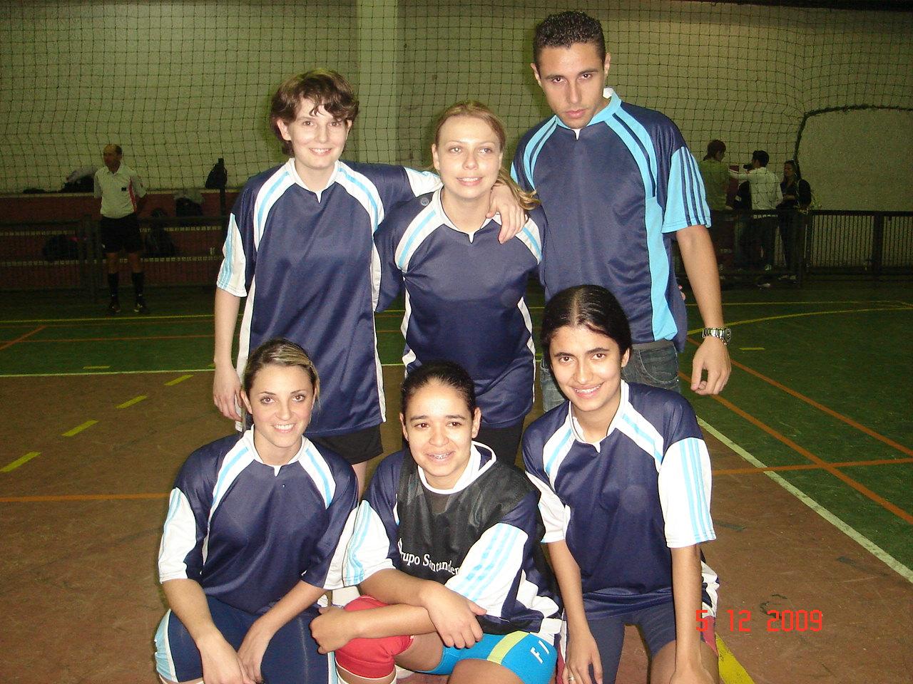 ARTILHEIRA - CAROLINE M FERREIRA da equipe Play girls recebendo troféu de Luiz do Santander