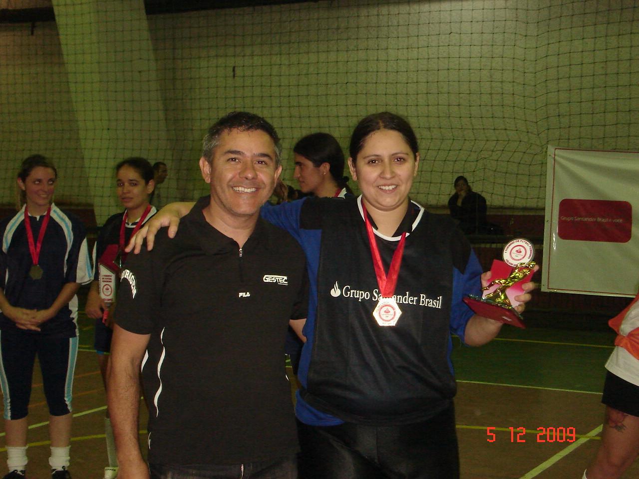 DESTAQUE - DANIELE RIBEIRO da equipe Joga Bonito recebendo troféu de Fabiano da organização
