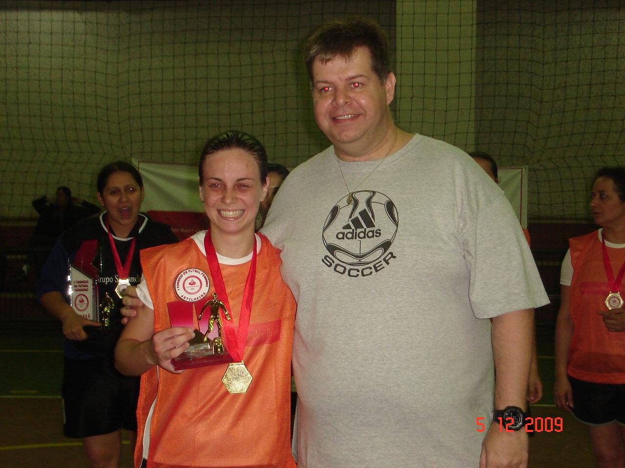 MELHOR GOLEIRA - ELAINE COSTA da equipe Play girls recebendo troféu de Almir da GESTEC