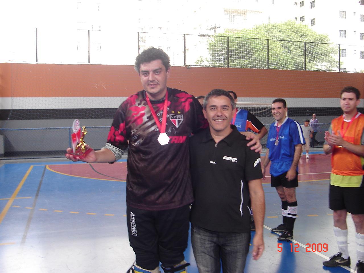 Destaque - Marcelo Tirelli da equipe Anchieta recebendo troféu de Marlei da GESTEC