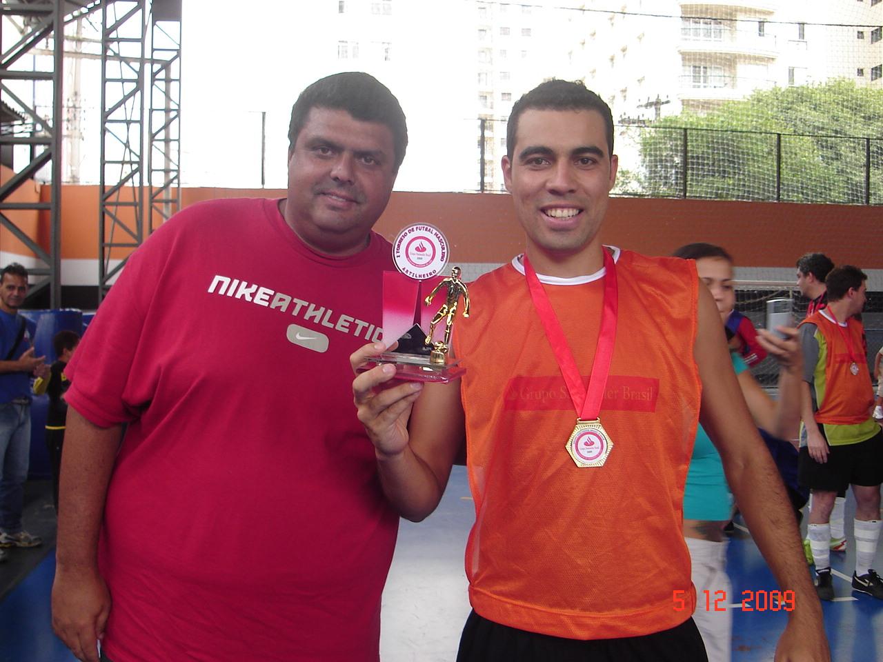 Melhor goleiro Gilvando equipe Na Canhota recebendo troféu de Almir da Gestec