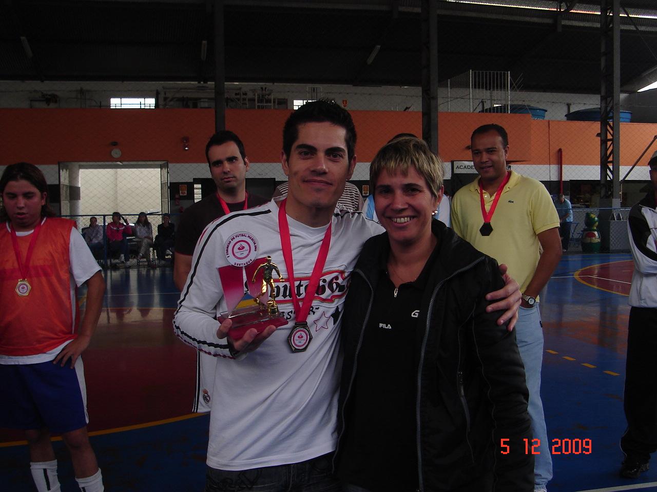 Destaque - Marcelo Tirelli recebendo troféu de Marlei da GESTEC